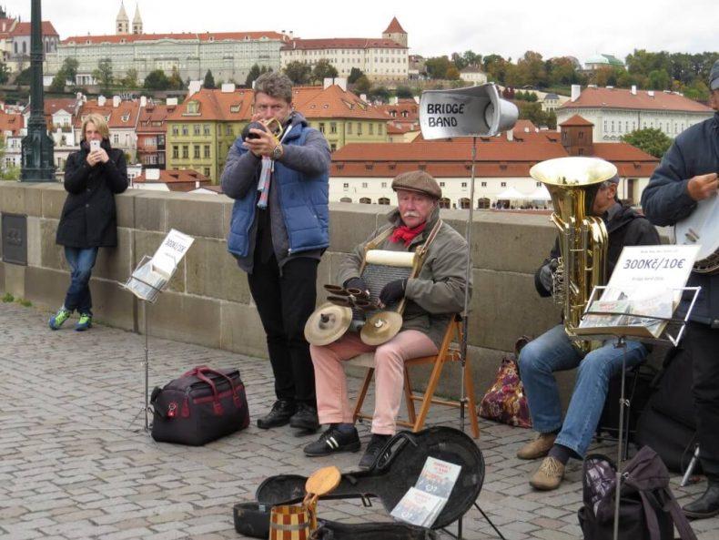 Károly híd Prága - zenészek a hídon